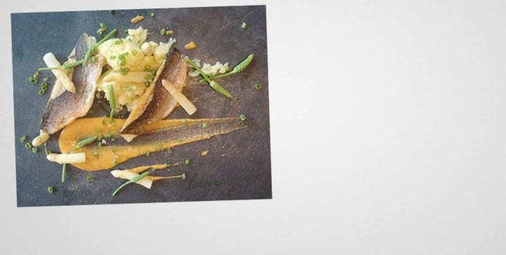 Bar à l'unilatéral, sauce crevettes grises, pointes d'asperge et écrasé de pommes de terre